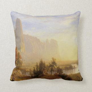 Valle de Yosemite, por Albert Bierstadt Cojin