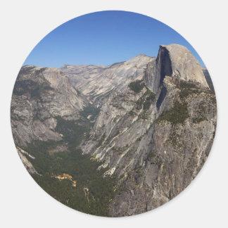 Valle de Yosemite y media bóveda del punto del Pegatina Redonda