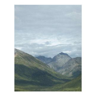 Valle entre las montañas membrete a diseño