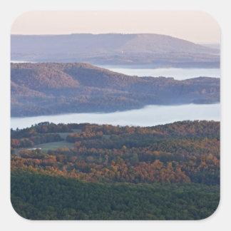 Valles y follaje de otoño de niebla en Ozark Pegatina Cuadrada