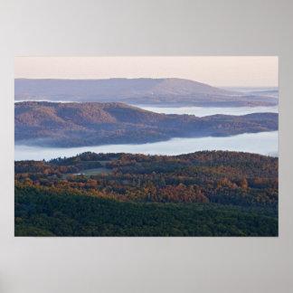 Valles y follaje de otoño de niebla en Ozark Póster