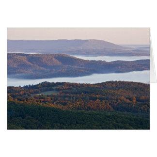 Valles y follaje de otoño de niebla en Ozark Felicitaciones