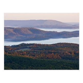 Valles y follaje de otoño de niebla en Ozark Postal