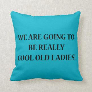 Vamos a ser señoras mayores realmente frescas. cojines