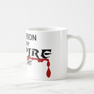 Vampiro de la persona de la hora por noche tazas de café
