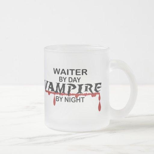 Vampiro del camarero por cerca taza cristal mate