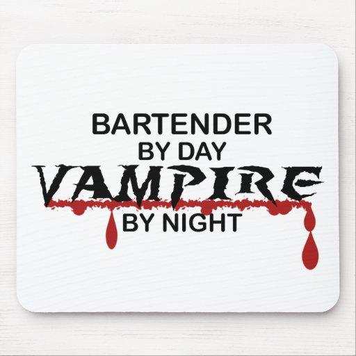 Vampiro del camarero por noche alfombrilla de ratón