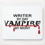 Vampiro del escritor por noche alfombrillas de raton