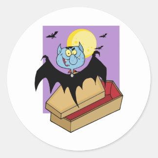 Vampiro fuera del ataúd y palos cerca de una Luna Pegatina Redonda