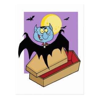 Vampiro fuera del ataúd y palos cerca de una Luna Postal