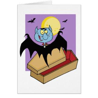 Vampiro fuera del ataúd y palos cerca de una Luna  Tarjeta De Felicitación