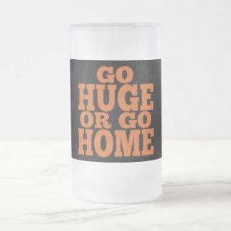Van enormes o van las letras a casa anaranjadas taza de cristal