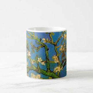 Van Gogh florece el arte, árbol de almendra Taza Básica Blanca