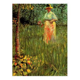 Van Gogh; Una mujer que camina en un jardín Tarjeta Postal