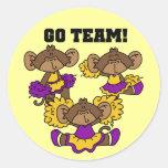 Van la púrpura del equipo y las camisetas y los etiquetas redondas