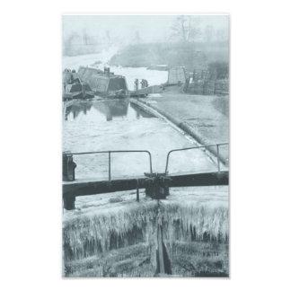 Vapor y butty en el canal en invierno fotografía