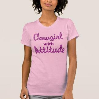 Vaquera con la camiseta de la actitud playeras