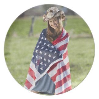 Vaquera hermosa envuelta en bandera americana plato para fiesta