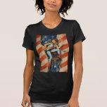 Vaquera modela traviesa patriótica de la bandera a camiseta