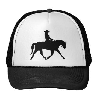 Vaquera que monta su caballo gorras
