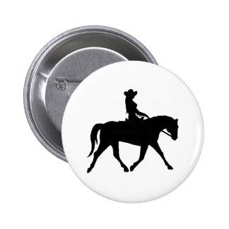 Vaquera que monta su caballo pin redondo 5 cm