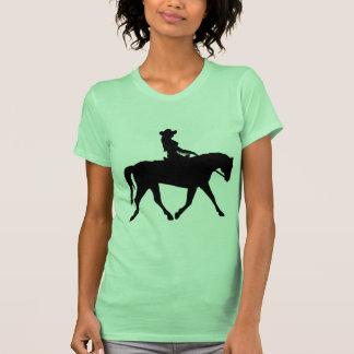 Vaquera que monta su caballo camisetas