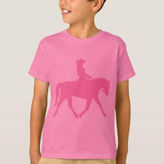 Vaquera que monta su caballo (rosa) remeras