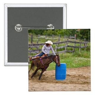 Vaquera que practica a caballo el barril que compi pin