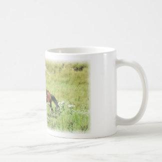 Vaquera y caballo de bahía galopante taza básica blanca