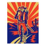 Vaquero con caminar de la mochila y del rifle tarjeta postal
