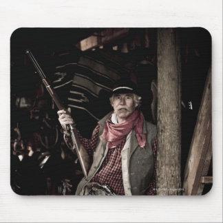 Vaquero con la pistola y el rifle mousepads