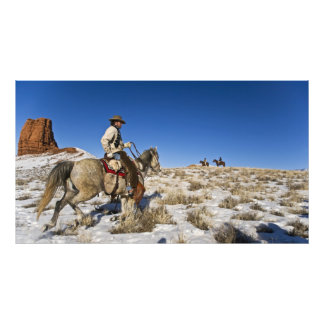 Vaquero con los caballos en la gama en la guarida fotografías