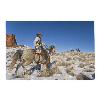 Vaquero con los caballos en la gama en la guarida tapete individual