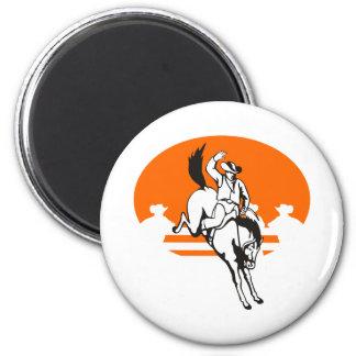 Vaquero del rodeo que monta un caballo salvaje buc iman de nevera