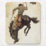 Vaquero del vintage en un caballo Bucking del caba Tapete De Raton