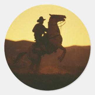 Vaquero en alzar el caballo pegatinas redondas