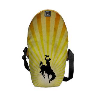 Vaquero en Bronc Bucking amarillo Bolsas De Mensajeria