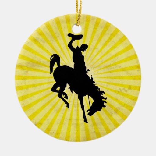 Vaquero en Bronc Bucking; amarillo Adorno De Navidad