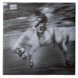 Vaquero en caballo del rodeo azulejos