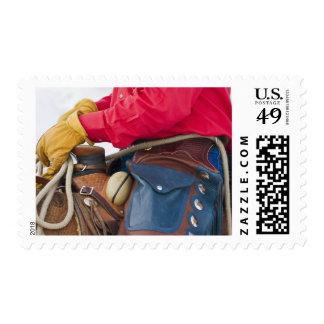 Vaquero en grietas del cuero del caballo que estampillas
