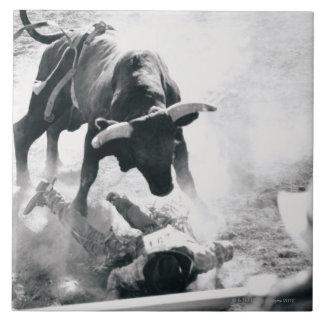Vaquero en la tierra después de caer apagado toro azulejo cuadrado grande