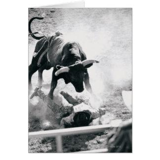 Vaquero en la tierra después de caer apagado toro felicitacion