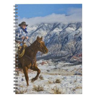Vaquero en las grietas 2 del cuero del caballo que libro de apuntes con espiral