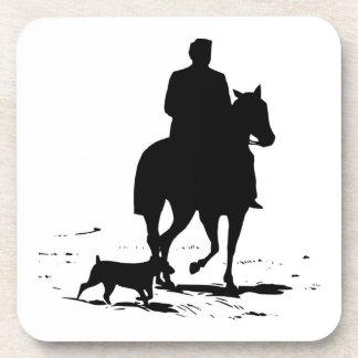 Vaquero en su caballo con su sistema del práctico posavasos