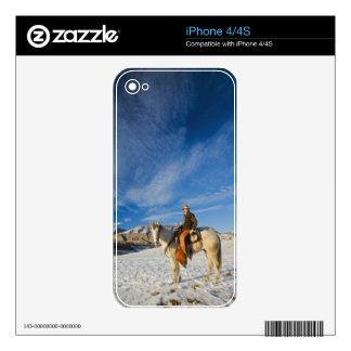 Vaquero en su caballo en la nieve 2 calcomanías para el iPhone 4