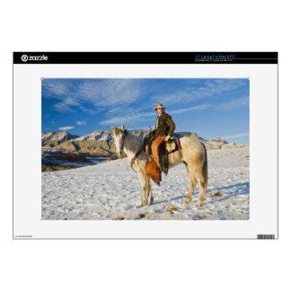 Vaquero en su caballo en la nieve 2 portátil calcomanía