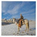 Vaquero en su caballo en la nieve 2 teja cerámica