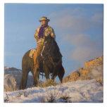 Vaquero en su caballo en la nieve azulejo ceramica
