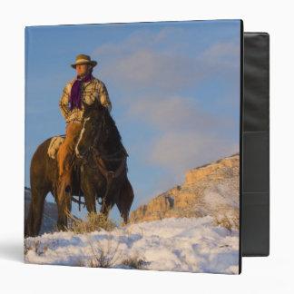 """Vaquero en su caballo en la nieve carpeta 1 1/2"""""""