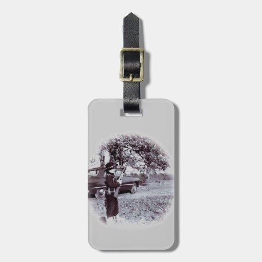 Vaquero lindo de la foto del vintage pequeño con e etiquetas de equipaje